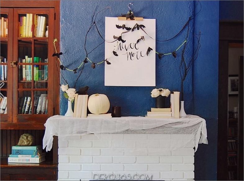 Weiß-Ziegel-Kamin-dekoriert für Halloween