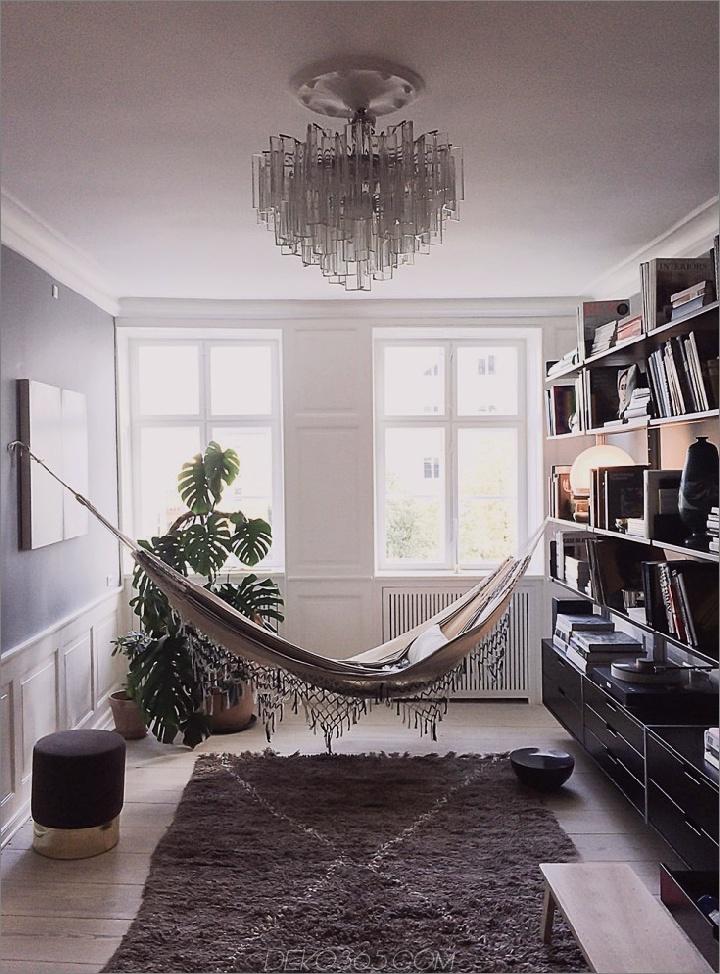 Elegante Hängematte über einem marokkanischen Beni Quarain-Teppich 15 Hängematten in Innenräumen, die alle entspannen werden