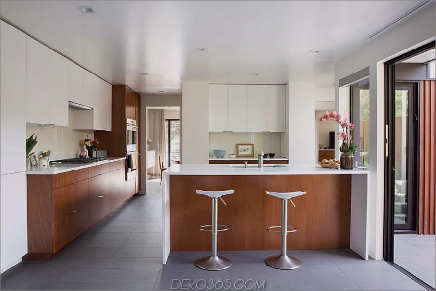 Weiß und Mahagoni sorgen für ein stilvolles Küchendesign 900x600 1962 Eichler Home Remodel in San Francisco von Klopf Architecture
