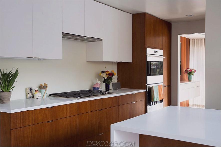 Weiße Küchenarbeitsplatten en einen schönen Kontrast zu Holzschränken