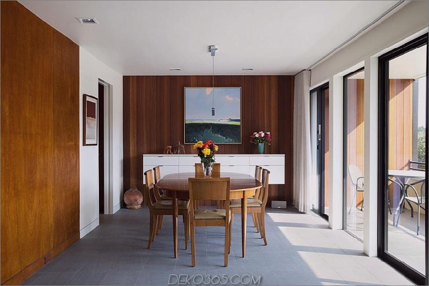 Das schöne Esszimmer befindet sich in der Nähe von verglasten Balkontüren, um viel Tageslicht zu genießen