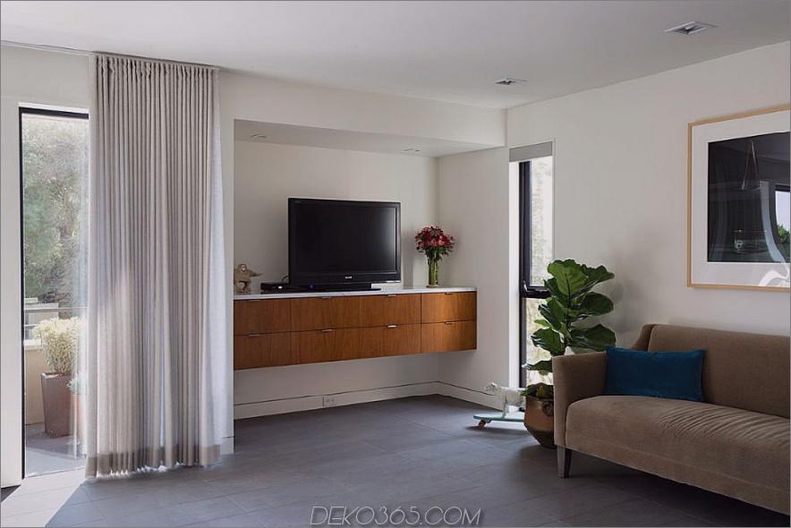 Der schwebende TV-Schrank erinnert an das Interieur aus Holz