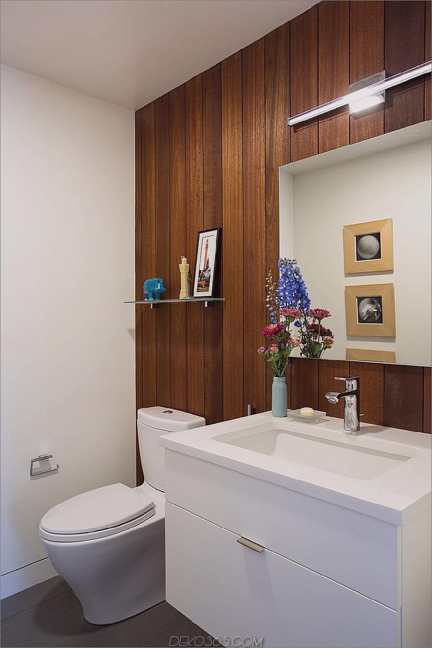 Im Badezimmer stehen Mahagoni-Holzplatten im Kontrast zu weißen Möbeln