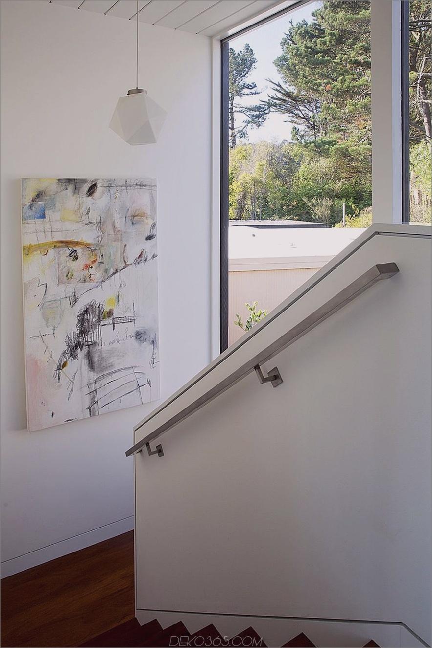 Treppenhaus mit Blick auf den Innenhof und Kunstwerken