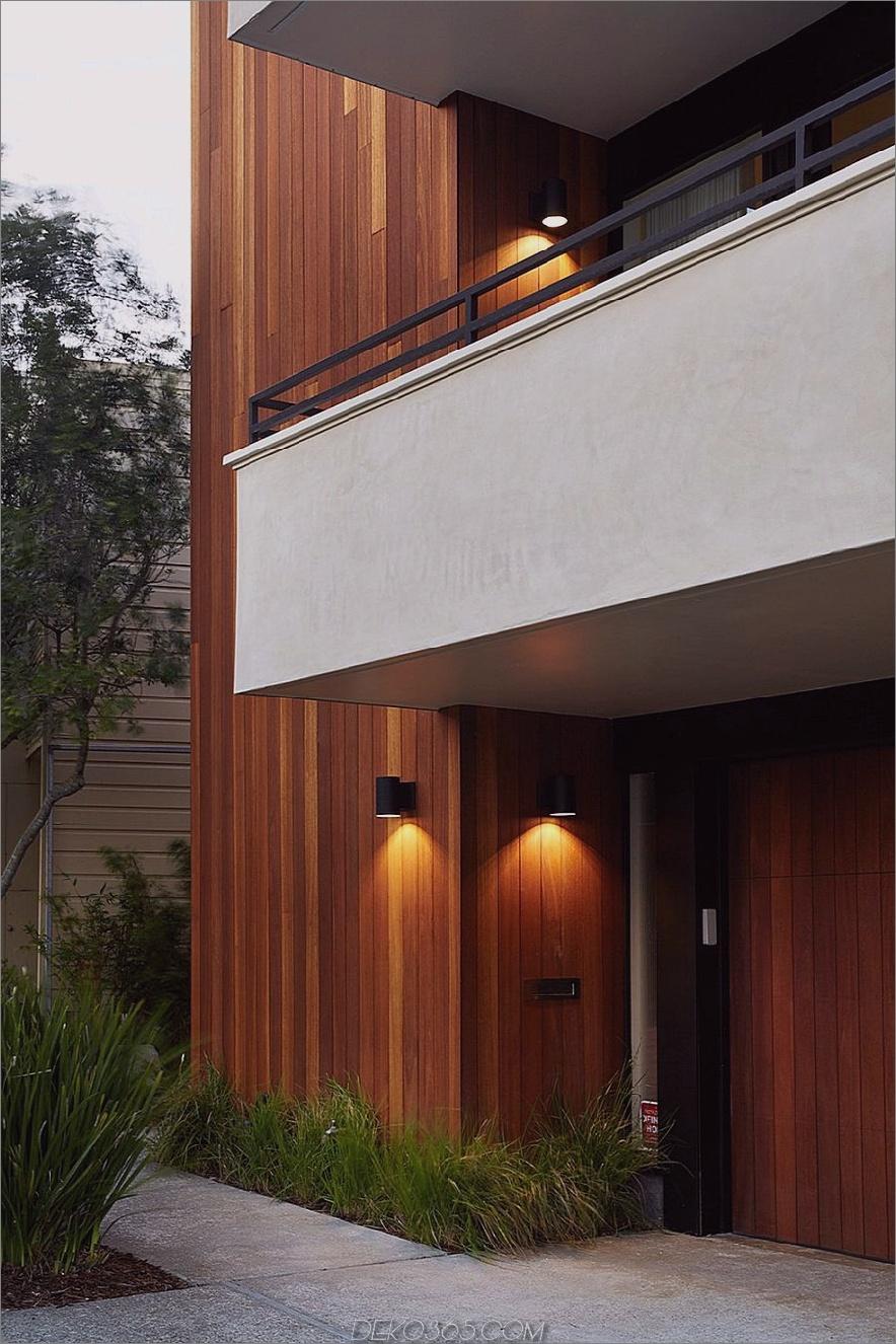 Verputzte weiße Balkone kontrastieren mit Holzverkleidungen