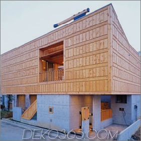 Hofhaus-Architektur im schönen Beton und im Holz