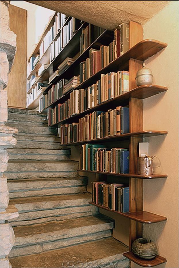 Bücherregal aus Stein und antikem Treppenhaus