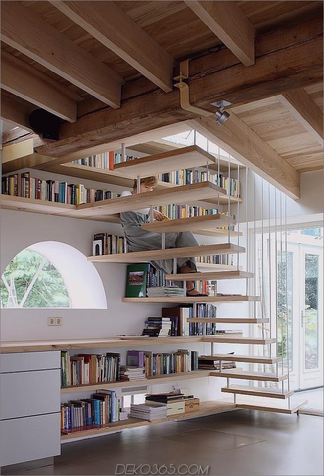 Helles modernes Bücherregal-Treppenhaus