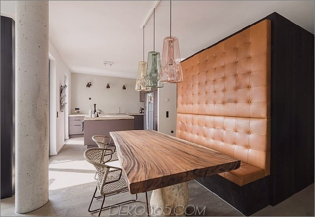 eingebauter Essbereich mit rustikalem Tisch- und Ledersitzen.jpg