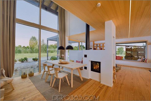 Essecke mit Holztisch und Kamin.jpg
