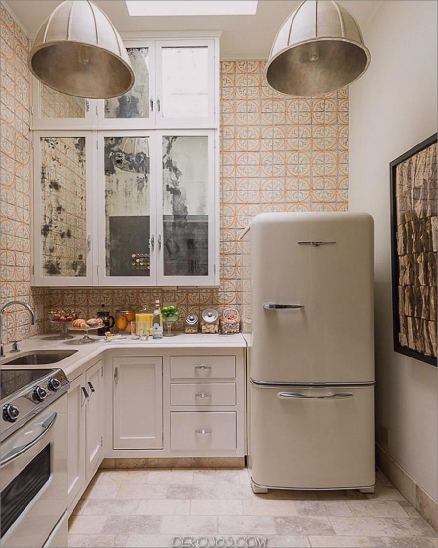 Kleine Küche mit Retro-Kühlschrank und Fliesen im italienischen Stil