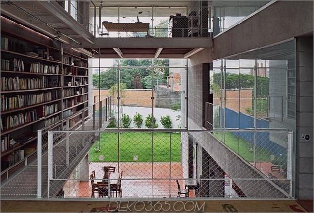 3-stöckige-Wand-Bücher-erstellt-Privacy-Contemporary-Home-5-Hinterhof.jpg