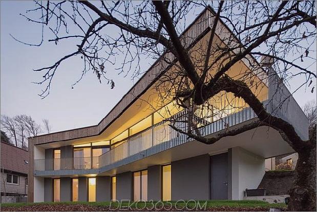 3-stöckiges Haus-Steilhang-Gras-überdachte Garage-3-Hinterhof.jpg