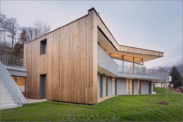 3-stöckiges-Haus-steiler Hang-Gras-überdachte Garage-5-Hinterhof.jpg