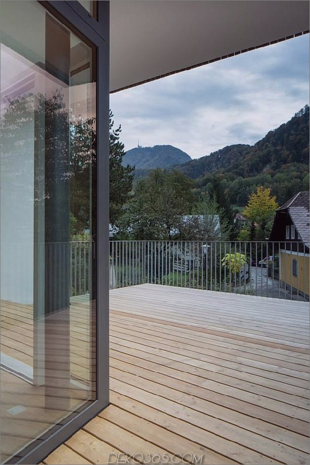 3-stöckiges Haus-steiler Hang-Gras-überdachte Garage-10-Terrasse.jpg