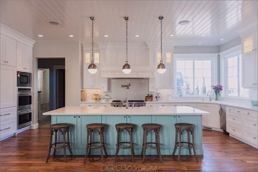 zweifarbig-Küchenschrank und bemalte Holzböden-mit-Barhockern-auch-Anhänger-Beleuchtung-und-Fenster-mit-Beadboard-Decken-plus-Malerei-Hartholzböden-und-Benjamin-Moore- Bodenfarbe
