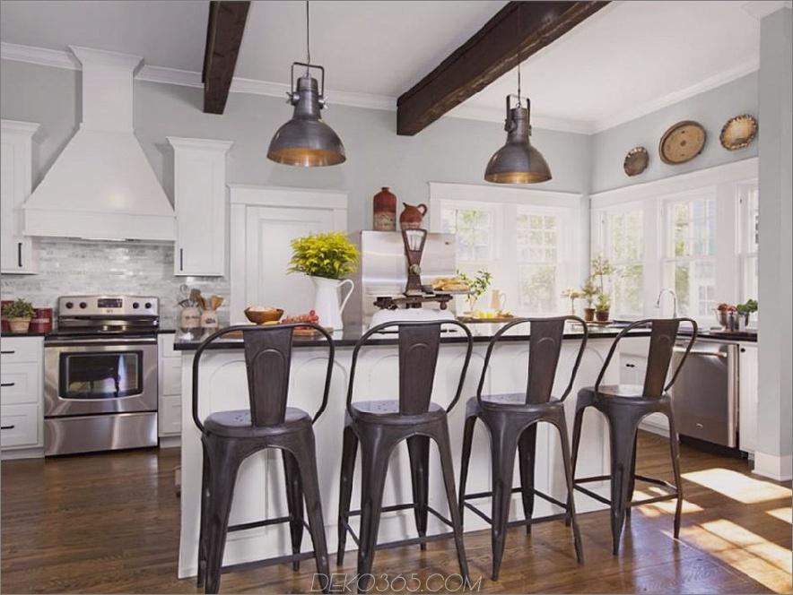 Bauernhausküche mit metallischen Barstühlen