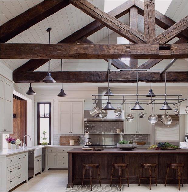 Bauernhaus mit Holzbalken und rohen Holzkanten