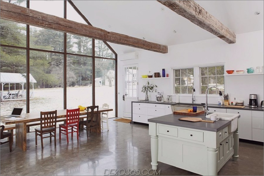 Konkrete Bodenküchendesign mit Holzbalken