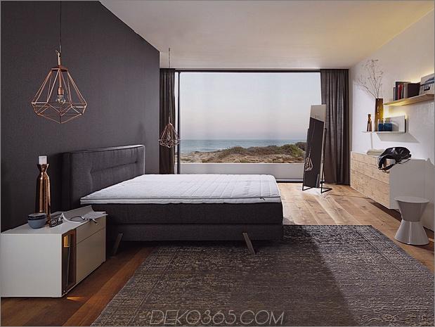 Schlafzimmer-mit-ein-Blick-Holz-Boden-schwarz-Wand-hulsta-Harmonie.jpg