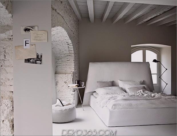 Landhaus-Schlafzimmer-mit-Ziegelbalken-Costanza-135-ivano-redaelli.jpg