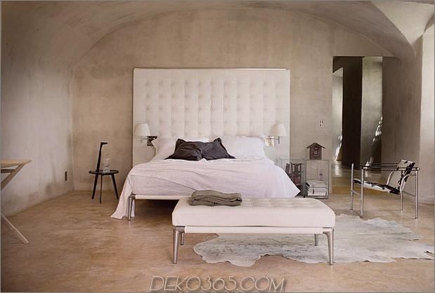 modern-bedroom-with-capitonne-headboard-cassina-volage.jpg