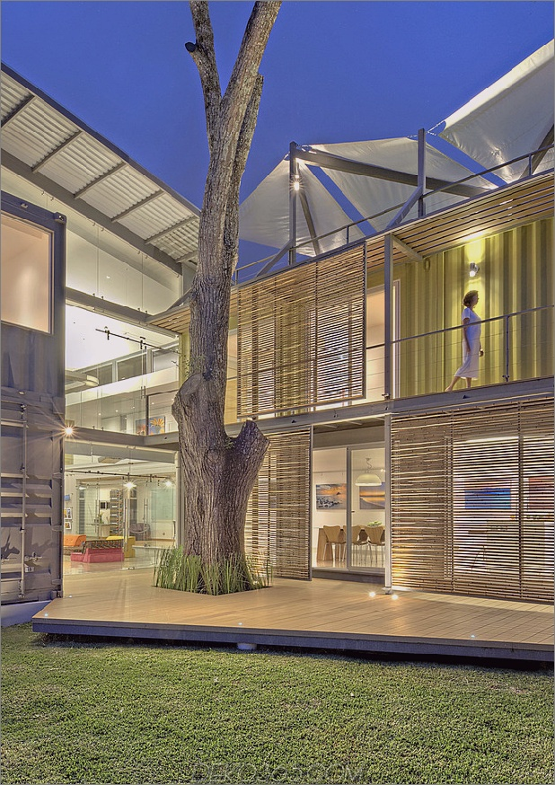 8 Versandbehälter bilden ein atemberaubendes 2-stöckiges Zuhause_5c58de406a3b3.jpg