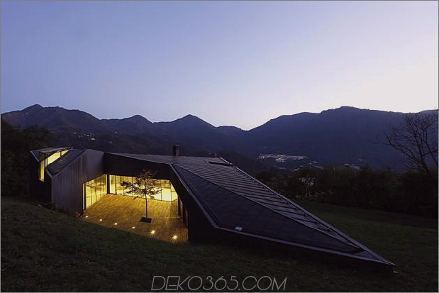 2-stöckiges Hauszugriff auf beide Ebenen des Berges 1 thumb 630xauto 52491 Alpine Villa Clever verwendet den Hügel, um einen riesigen bewaldeten Innenhof zu en