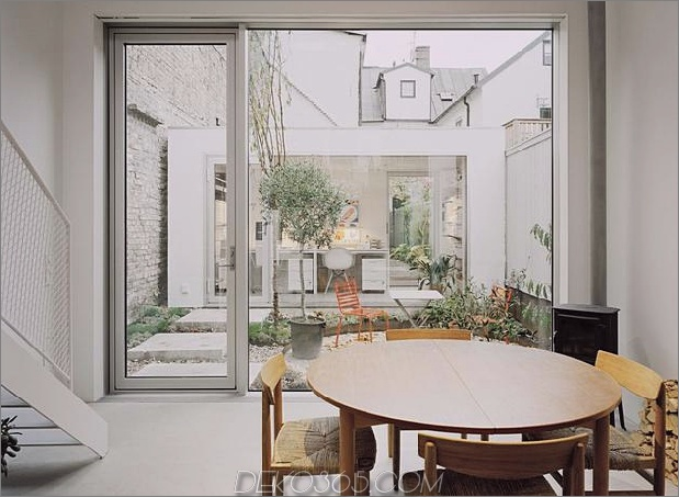 weißes-stadthaus-mit-offen-interieur-freistehend-office-7-yard.jpg