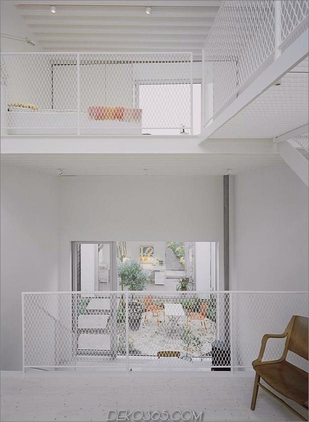 weiß-stadthaus-mit-offen-interiors-einzelhaus-9-mesh-geländer.jpg