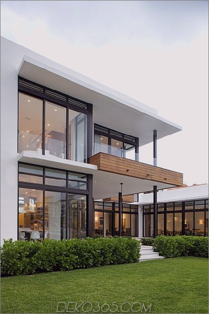 Modernes Glashaus und Deck