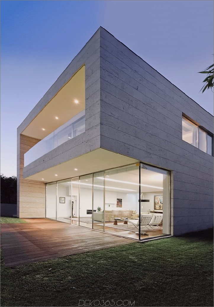 Betonhaus mit großen Glasfenstern
