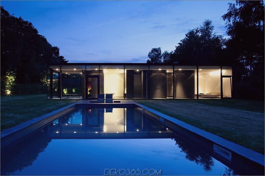 Dunkles modernes Glashaus