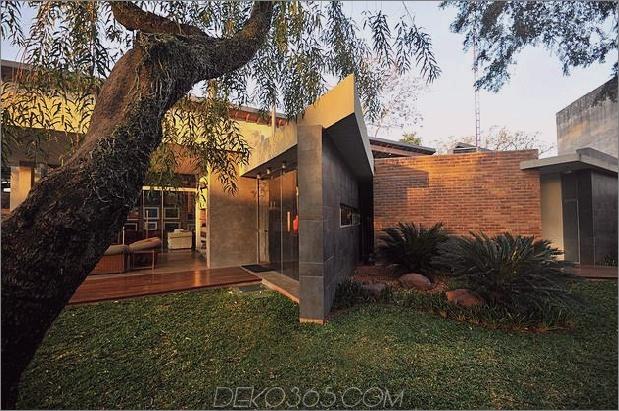 Baum durchbohrt das Dach und andere verwegene Details im Ziegelhaus_5c598f41126f4.jpg