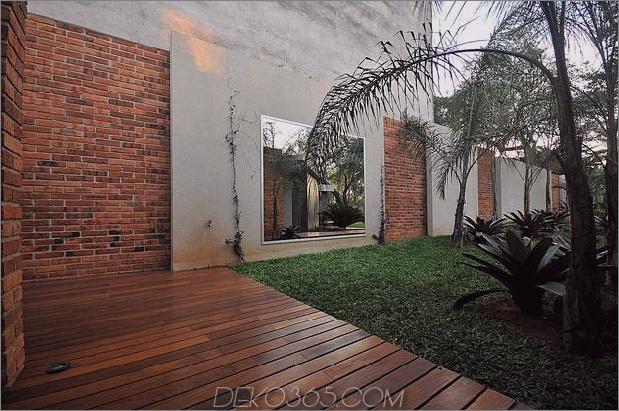 Baum durchbohrt das Dach und andere verwegene Details im Ziegelhaus_5c598f43d82d7.jpg