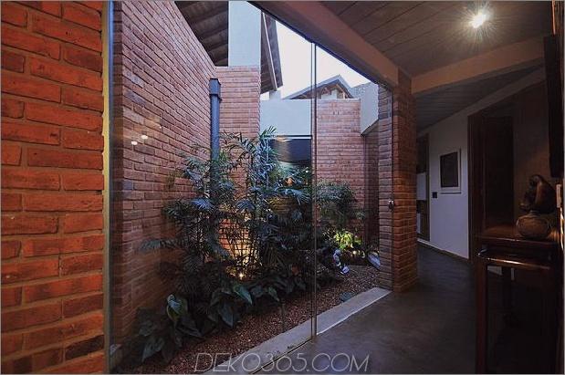 Baum durchbohrt das Dach und andere verwegene Details im Ziegelhaus_5c598f494b030.jpg