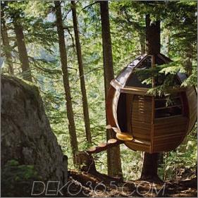 Verschobene hölzerne Pod-Kabine errichtet um Baum-Stamm