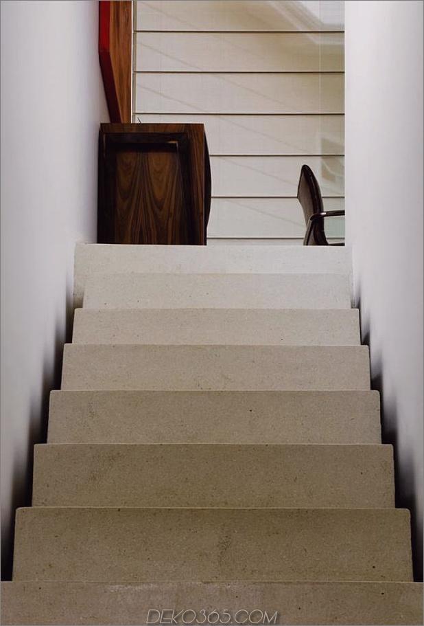 Beton-Würfel-Haus-unterstützt-2-gelbe-ich-Balken-6-Treppen.jpg
