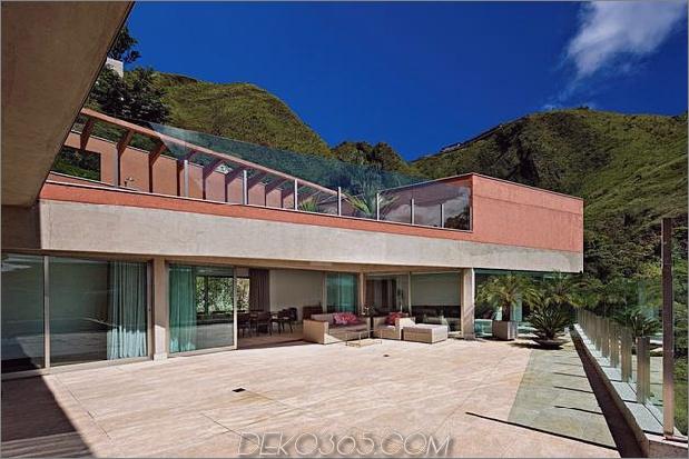 skulptural-betonhaus-auf-einem-steilhang-3.jpg gebaut