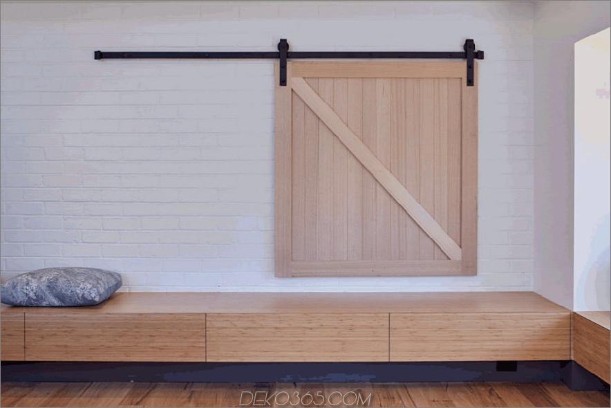 Eine kleine Schiebetür versteckt ein Fenster zu einem anderen Raum