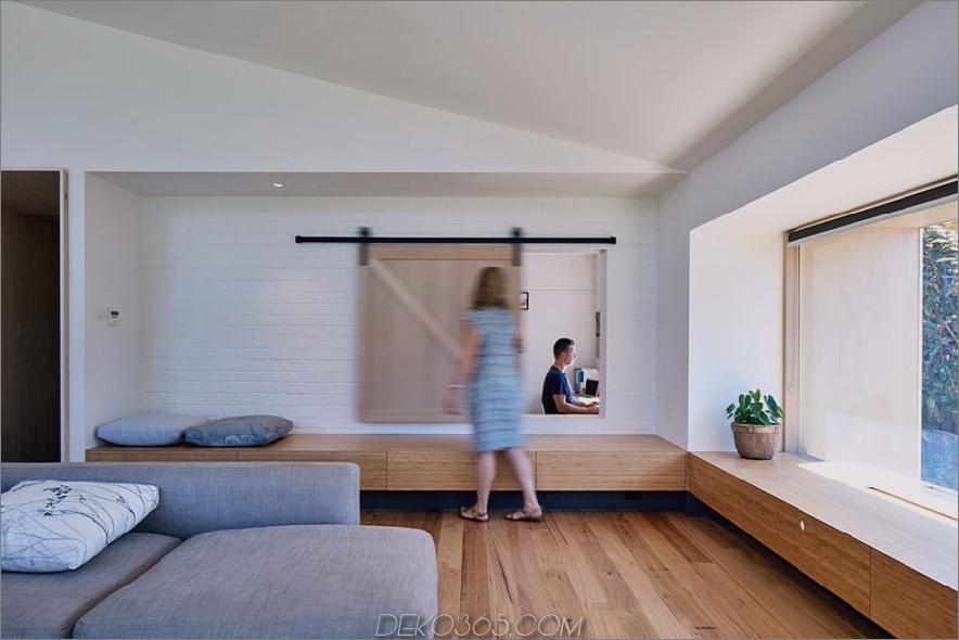 Das Wohnzimmerfenster öffnet sich zum Heimbüro