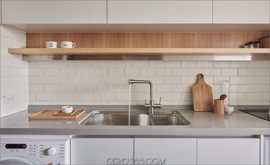 Die Wände der Küche werden mit einfachen Fliesen umhüllt, um die Reinigung zu erleichtern
