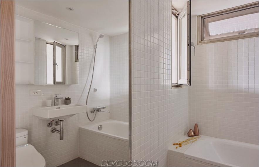 Das komplett geflieste Badezimmer verfügt über einen großen Spiegel, um den Raum zumindest optisch zu maximieren