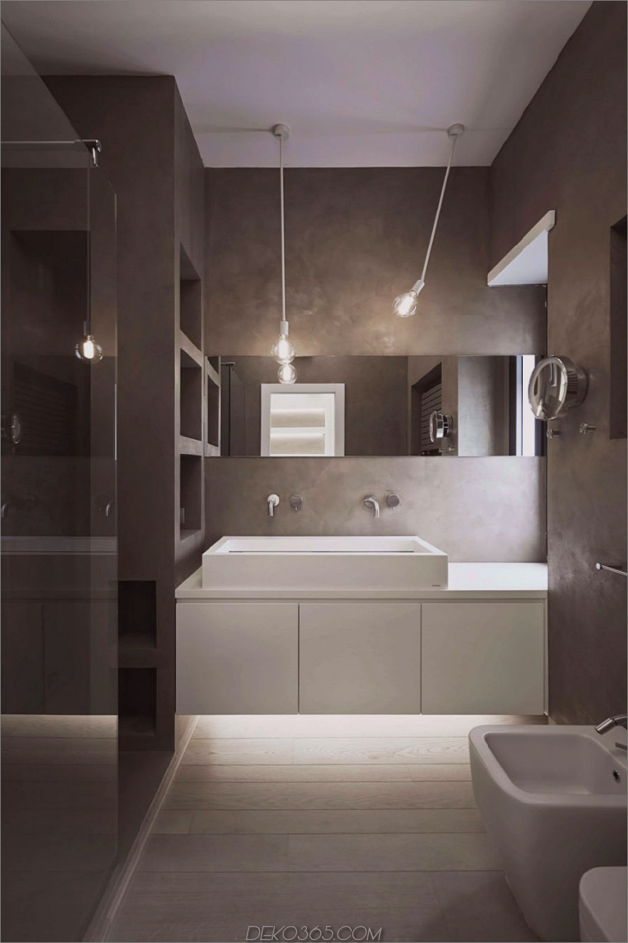 Konkretes Badezimmer mit weißen Umgebungslichtern