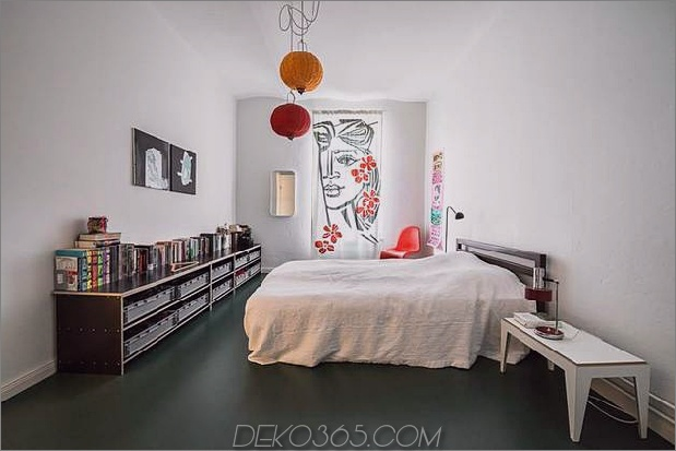 schick-strukturierte-interieurs-mit-einzigartigen-materialien-von-karhard-architektur-11-black-floor-brright-bedroom.jpg