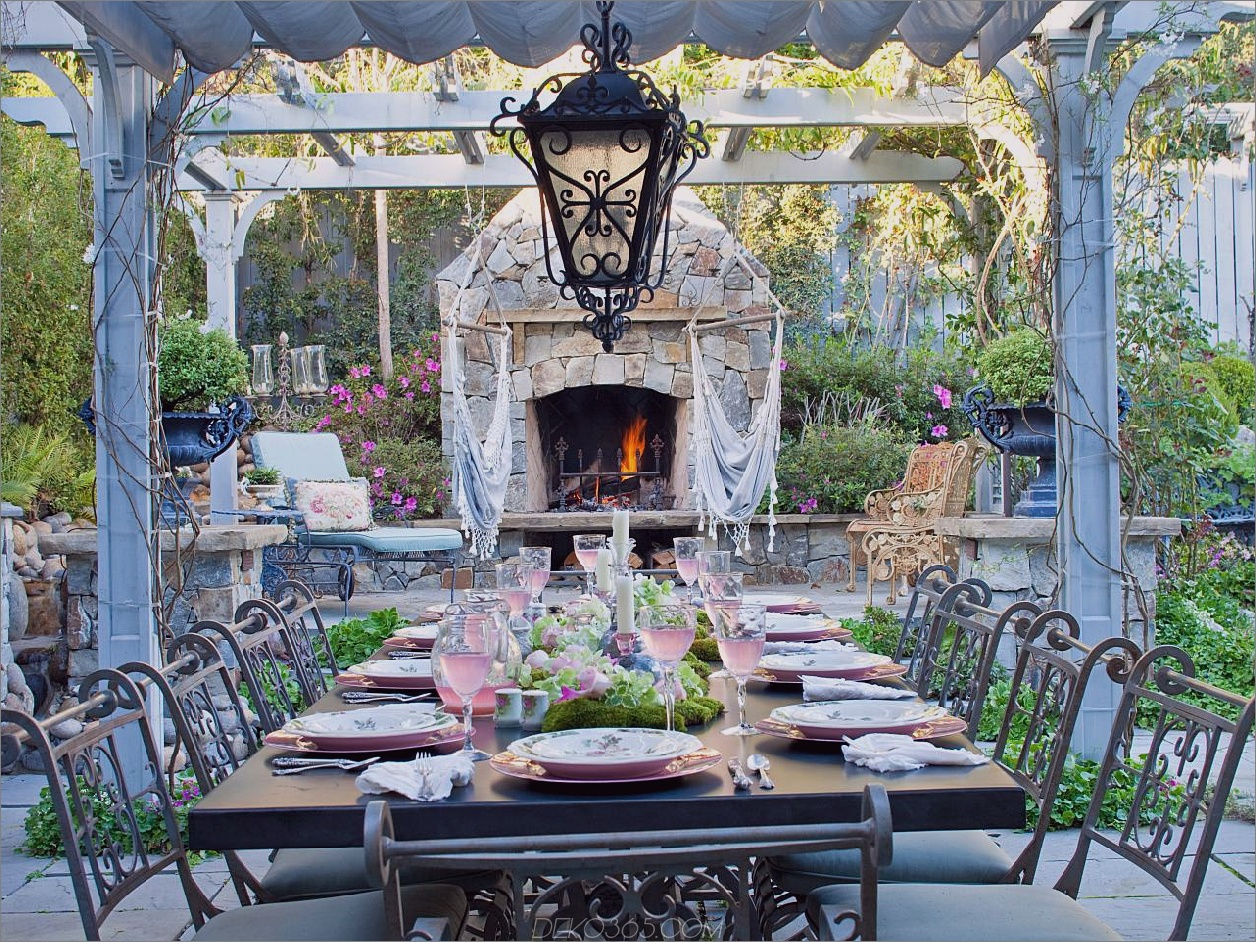 romantische Sitzgelegenheiten außerhalb schicker und charmanter Essbereiche im Freien