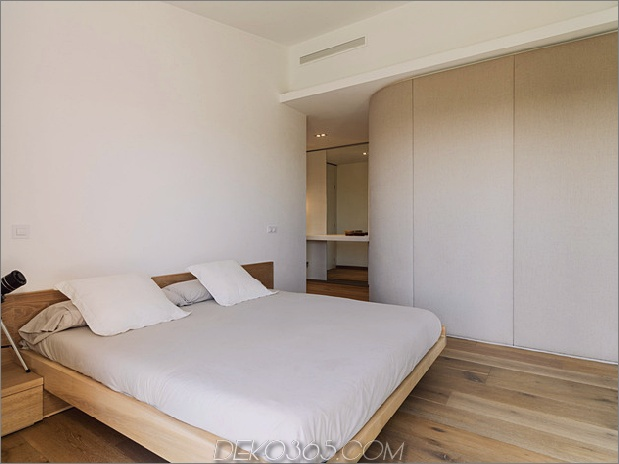 Einfamilienhaus-kombiniert-Erdtöne-minimalistisch-ästhetisch-13-master-bedroom.jpg