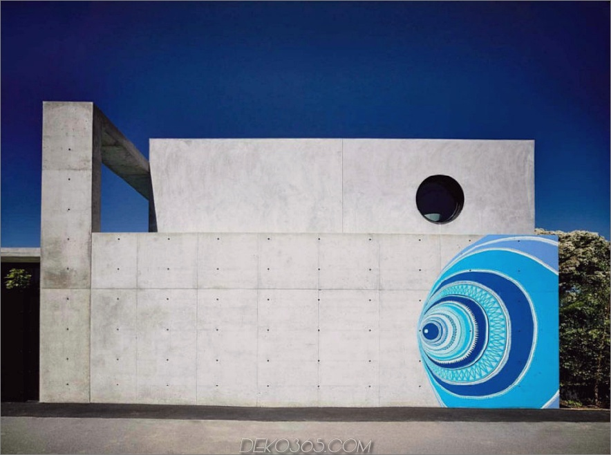 Hinter dem Haus 900x669 Concrete House in Australien öffnet sich der eigene Hof