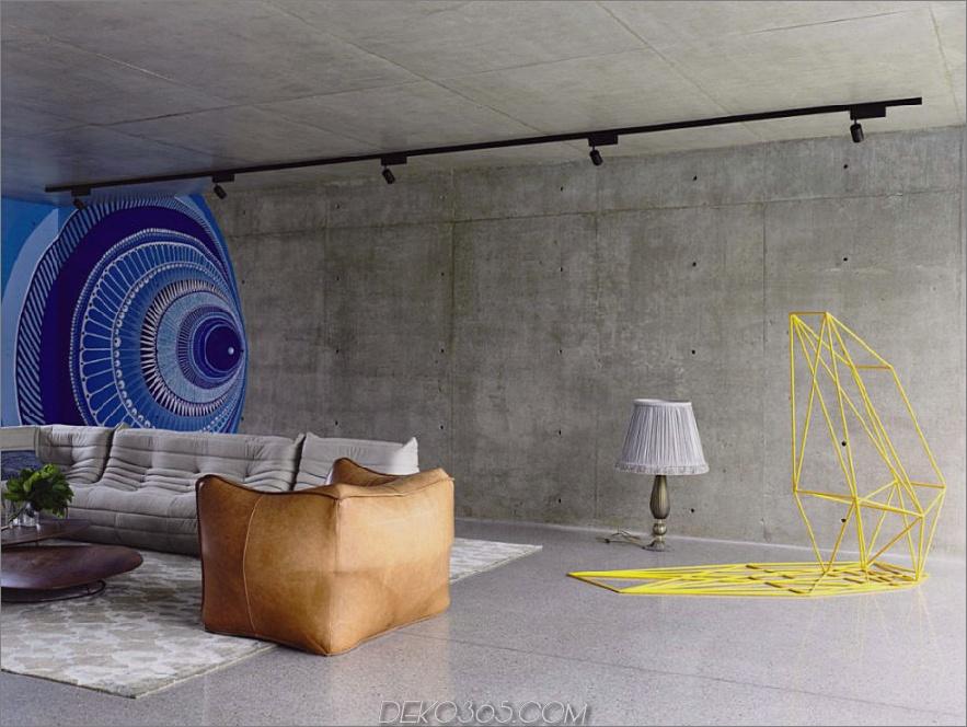 Wohnzimmer mit einer sich wiederholenden Wandkunst