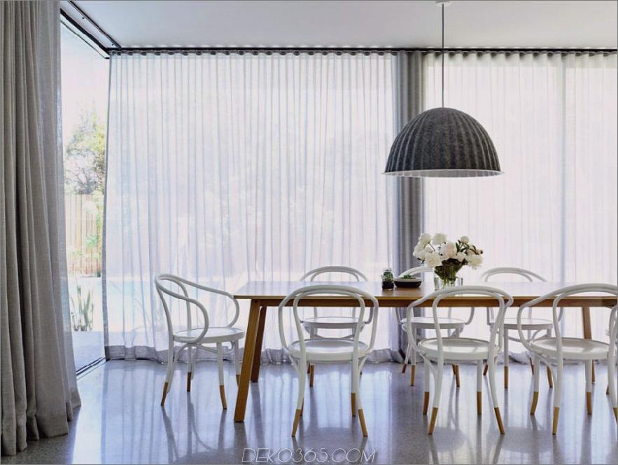 Ein heller, geräumiger Essbereich mit verglasten Wänden